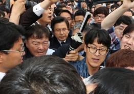 교안 자유한국당 대표가  5·18민주묘지에서 5ㆍ18민주화운동 시민에게 항의